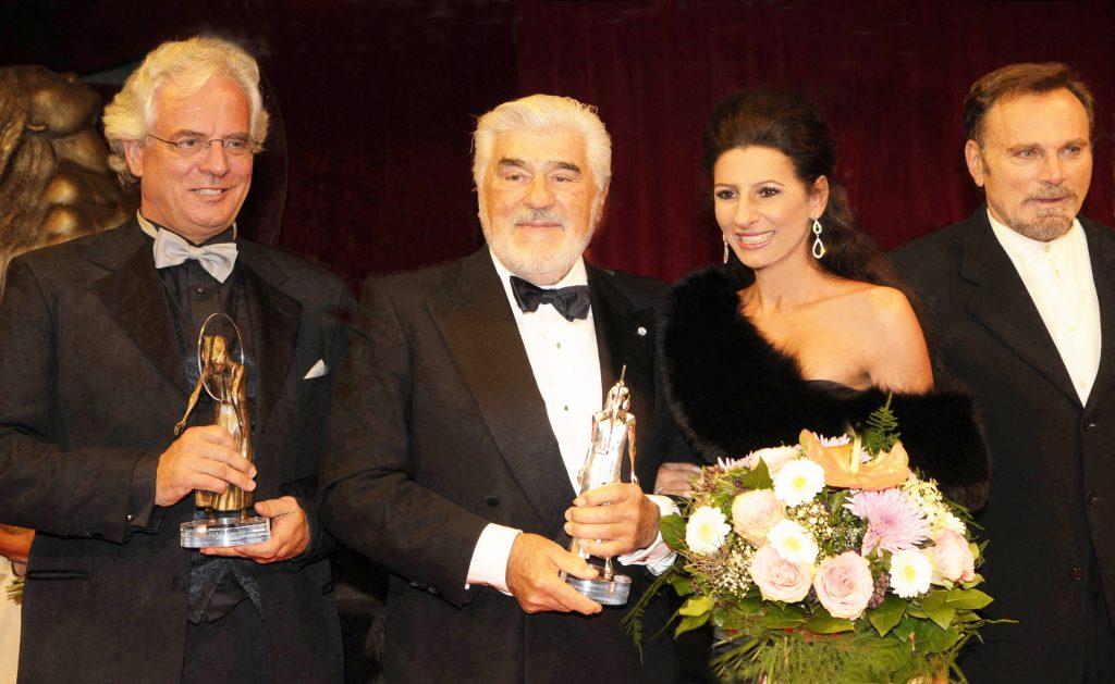 LUCIA-ALIBERTI-con-NOBERT-SAUER-e-gli-attori-MARIO-ADORF-e-Franco-Nero-durante-la-premiazione-di-_Diva-Award_-a-Monaco