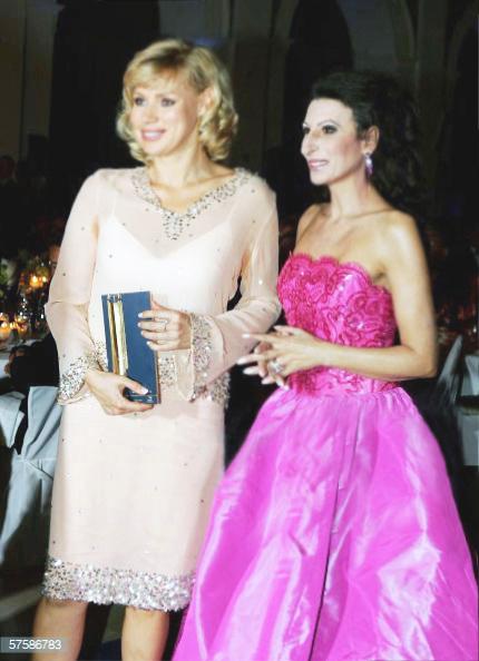 LUCIA ALIBERTI con l'attrice VERONICA FERRES durante la consegna del Premio _Goldene Feder_ ad Amburgo