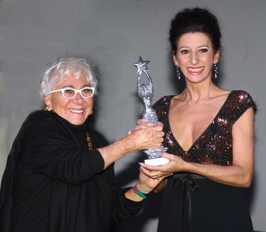 LUCIA ALIBERTI riceve il Premio _Capri Award_ da LINA WERTMULLER al _Capri Hollywood International Film Festival